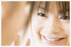 歯のマニキュアは歯を削らず、歯の表面にマニキュア剤を塗って白くする方法です。
